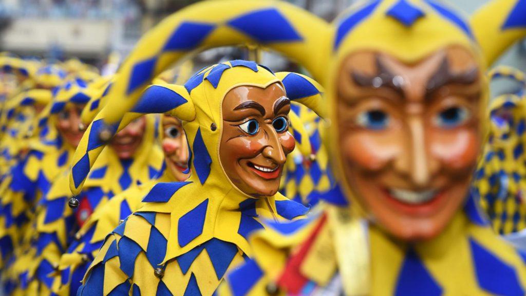 europa-empieza-a-celebrar-el-carnaval-y-irons-recita-en-barcelona-el-dia-en-fotos