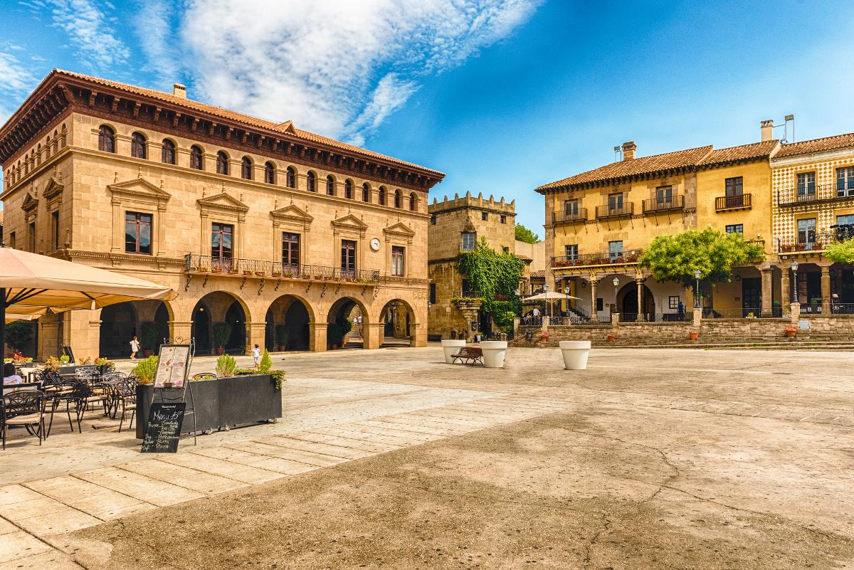 plaza mayor pueblo espanol